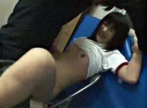 【女子校生レ×プ】 運動部の練習を覗き見していた不審者が一人になったジャージの女子を犯す!