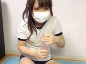 顔出しNGでマスクをしている□リ顔の体操服ブルマの美少女がカメラの前で生脱ぎやディルドをくわえる!!!