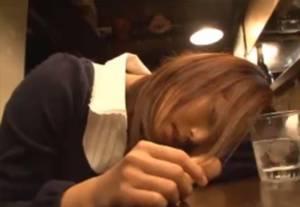 居酒屋で泥酔した美少女が気づいたら知らない男とホテルに・・弱って抵抗できずレ●プされてしまう!!