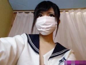【個人撮影】 目のキラキラした癒し系の美少女がはだけたセーラー服でディルド持って配信!!