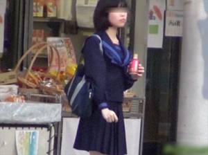 【無修正】 素朴な女子校生を追跡したら公衆トイレでおしっことオナニーまで撮れた!