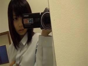 【個人自撮り】 制服の激カワ女子がカメラ持って鏡でエロ撮影して売っちゃった動画!!