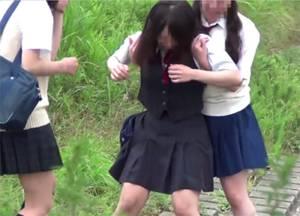 パンチラ目的で女子校生を隠し撮りしてたら皆でおしっこしあってる貴重な映像が撮れた・・!!