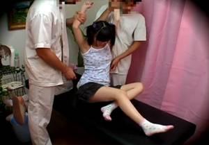 □リ専用エステにきた中×生が施術師二人に腕をつかまれ腋をコチョコチョされ悶絶!!