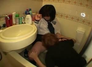 トイレに入った女子校生が小便する瞬間を狙って侵入!止められず濡れたマ○コをなめる変態!