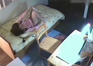 【隠し撮り】 中×生の妹の部屋に隠しカメラを仕掛たら寝巻でオナニーする姿が・・!!