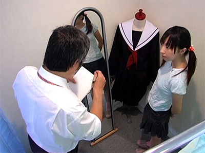 中×校の制服を作りに来たおとなしい小×生が逃げ場のない試着室で□リコン店長にいたずらされる!