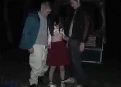 夜に公園に行った小×生が帰ってこない・・おっさんに囲まれ逆らえず性奴隷のようにやられてしまう・・