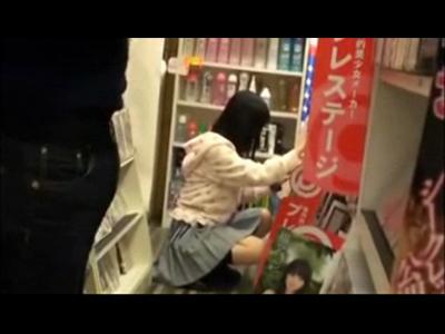 【制服レ●プ】 レンタル店のアダルトコーナーで興奮してる男が清掃で入ってきた女子校生の店員を犯す!!