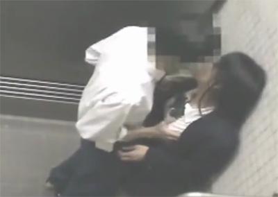 【隠し撮り】 有り余る性欲をトイレで発散しちゃう女子校生カップルをこっそり撮影!!