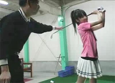 【スポーツ】 ゴルフ打ちっぱなしで激細な美少女がノーパンにミニスカでおじさんを挑発!